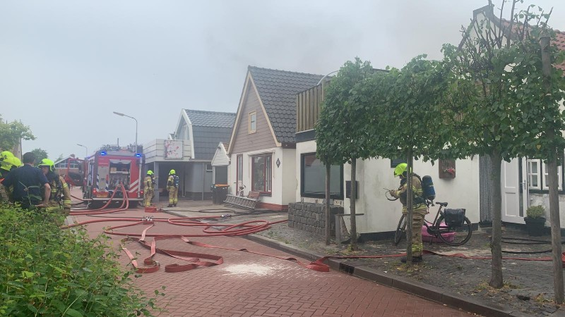 Brandweer druk bezig met de brand