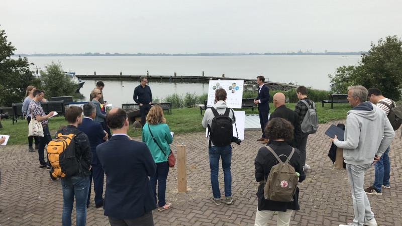 Tom van Nouhuys geeft een presentatie over de plannen